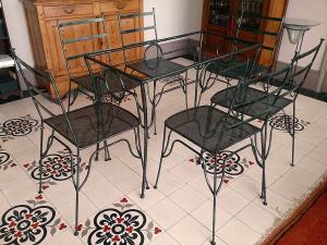 Ensemble de 6 chaises et table en acier style cuivre oxidé